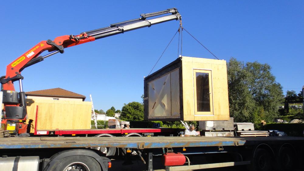 Livraison guichets provisoires de la gare de bulle suisse for Container en bois